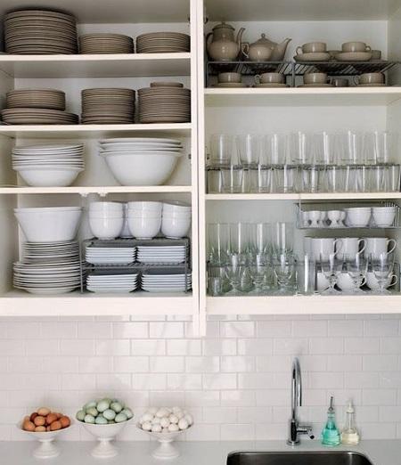 ➡️ ordenar la vajilla en estantes y baldas
